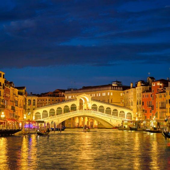 Ponte di rialto di sera visto dal Canal Grande