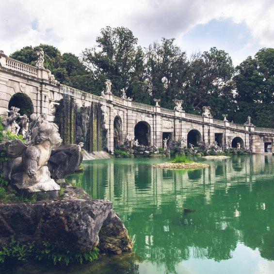 Fontana di Eolo nella Reggia di Caserta, Campania, Italia